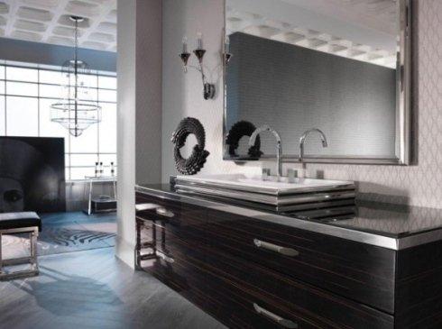 Grande mobile in legno con lavabo e grande specchio