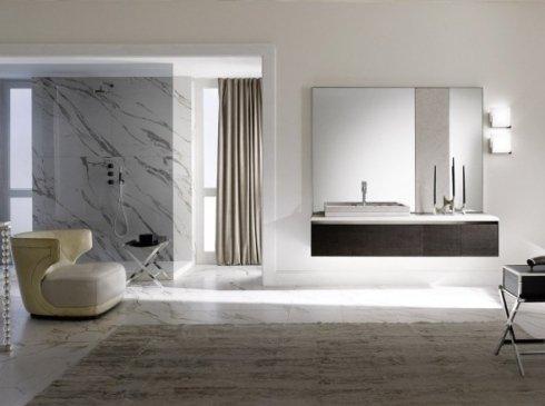 Lussuoso bagno con doccia e idromassaggio, tappeti e grande mobile in legno con lavabo e candelabro