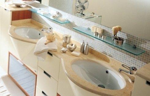 Mobile in legno e marmo con doppio lavandino ovale e mensole di vetro