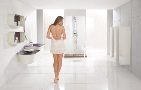 Ragazza camminando verso la doccia in un bagno con lavandino lilla