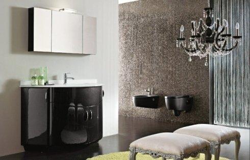 Lussuoso bagno con lampada di vetro, inodore e bidet neri