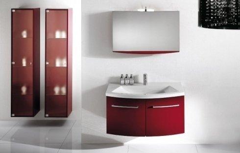 Bagno con le scaffali e il lavandino in rosso e bianco