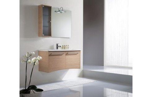Bagno con semplici mobili in legno chiaro
