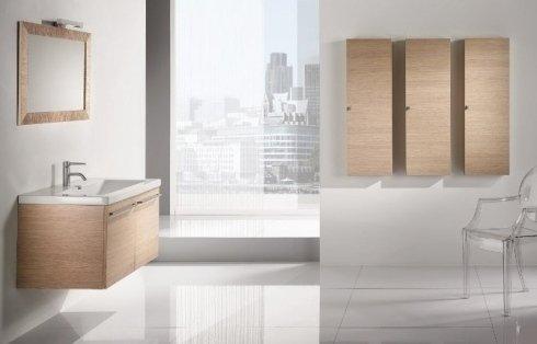 Bagno con armadi e mobile di legno chiaro