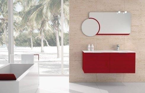 Bagno con vasca bianca e rossa, mobile di lavabo rosso e specchio rettangolare con un circolo