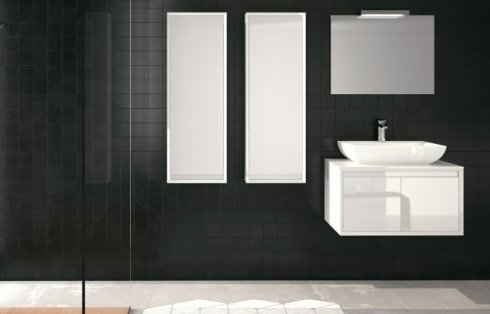 Bagno con pareti nere e mobili bianchi