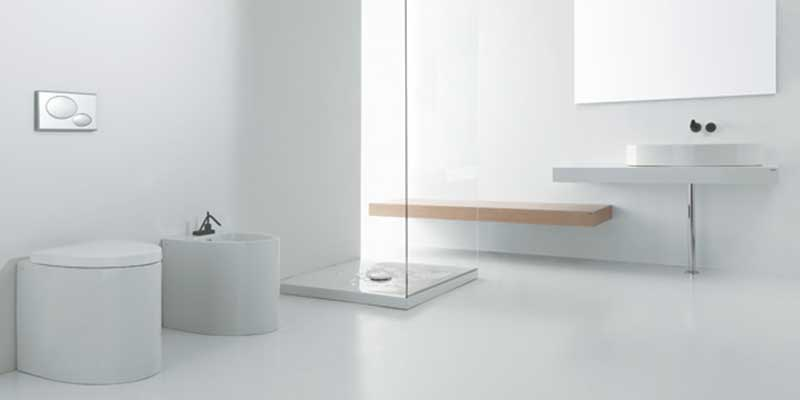 Bagno completamente bianco, box doccia di vetro e banca di legno accanto al lavandino