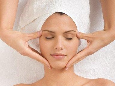 Massaggio del viso di una donna