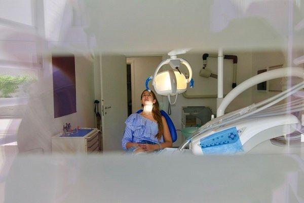 Paziente aspettando al dentista