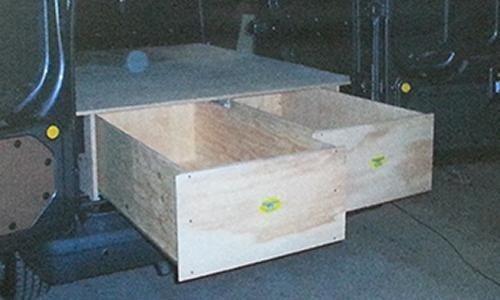 Cassetti in allestimento interno di un furgone
