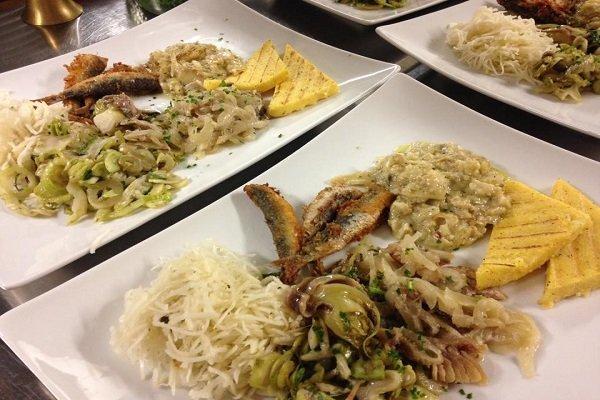 dei piatti a base di pesce e verdura