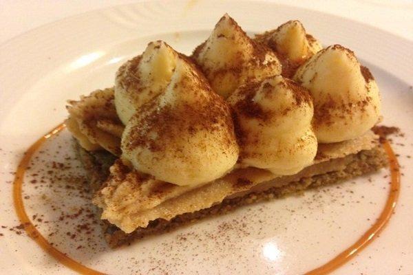 un dessert a base di crema e del cacao in polvere