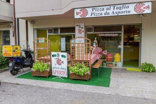 Esterno della pizzeria , la moto di ripartizione e la piccola terrazza