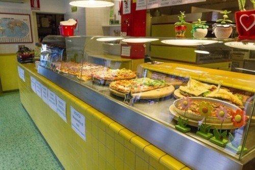 Banchi della pizzeria con diverse pizze e focacce