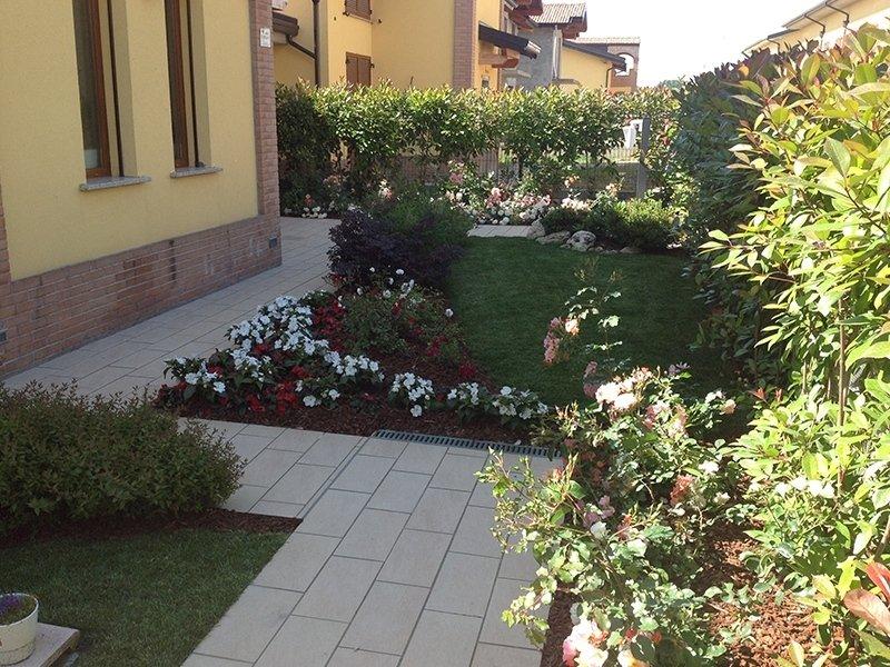 Giardino privato con piscina pavia andrea bariani giardini for Realizzazione giardini privati