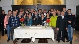 gruppo di persone intorno ad un tavolo