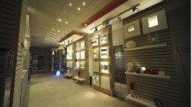 interno di negozio con scaffalatura