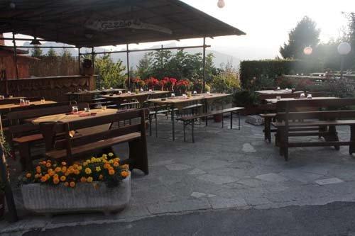 tavoli all'esterno con tettoia