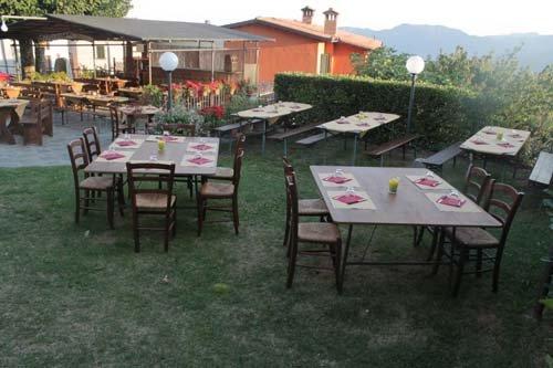 tavoli apparecchiati in giardino