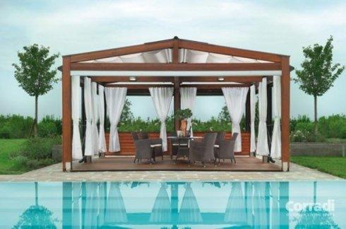 vista di una piscina con tende da sole per pergolato