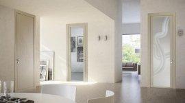 vista interna di una casa con porte in laminato