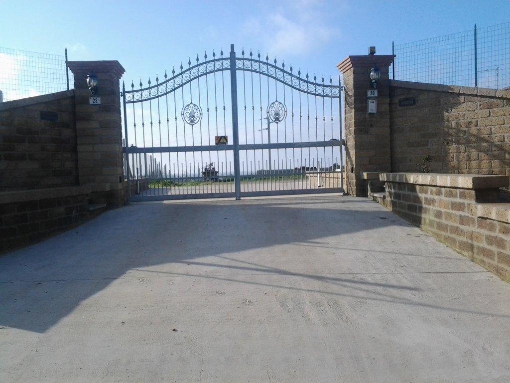 dettaglio della serratura di un cancello di metallo