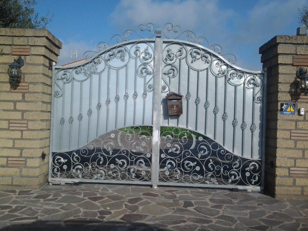 cancello in ferro di colore chiare con scudi