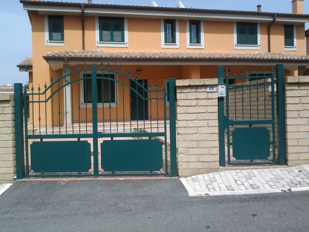 cancello e cancelletto verdi di una abitazione