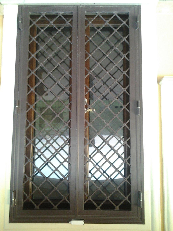 Grata su porta di ingresso