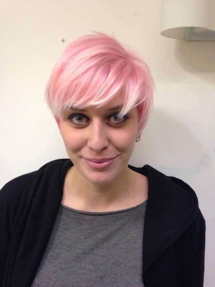 taglio capelli, capelli rosa