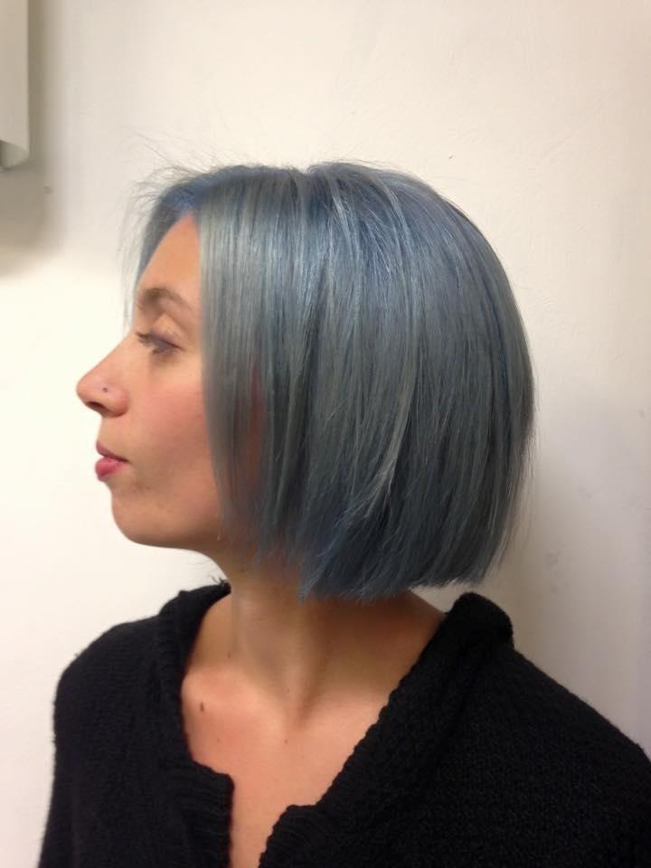 taglio corto, capelli blu