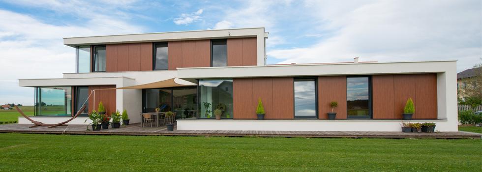 vista frontale di una casa indipendente con serramenti vetro