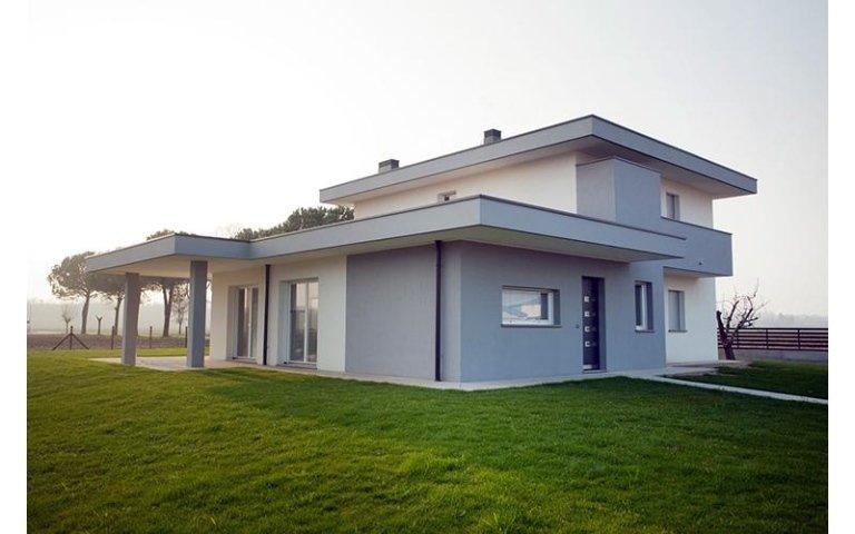 vista di una casa indipendente grigia