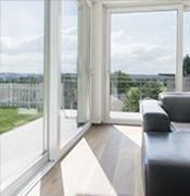 vista di serramenti in vetro con divano