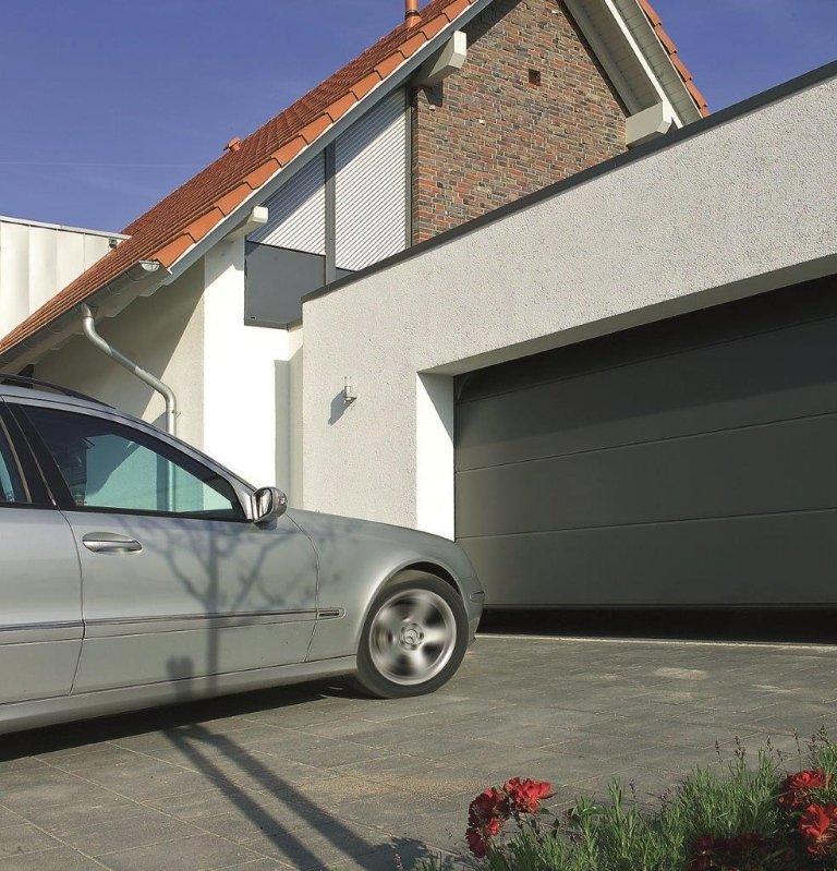 garage con macchina parcheggiata davanti