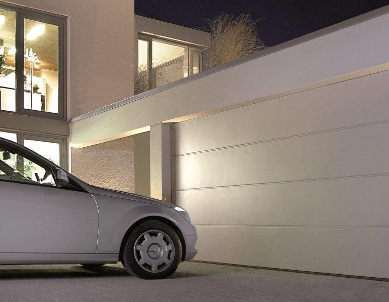 portoni garage con macchina