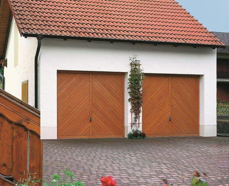 garage con due portoni in legno
