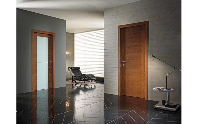 vista di porta interna in legno