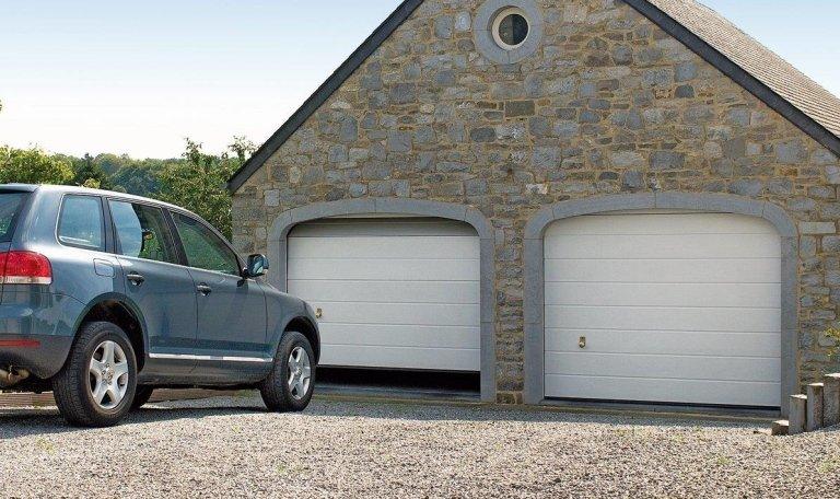 vista laterale di una macchina parcheggiata davanti di una garage
