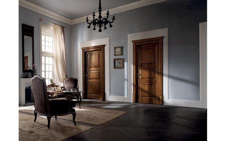 porte interni in legno con poltrona dentro una casa