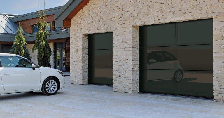garage con due entrate e una macchina bianca davanti