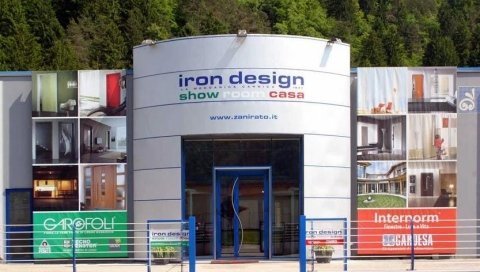 Vista frontale di iron design showroom casa