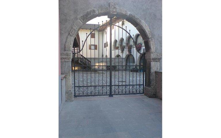 entrata di un borgo con cancello