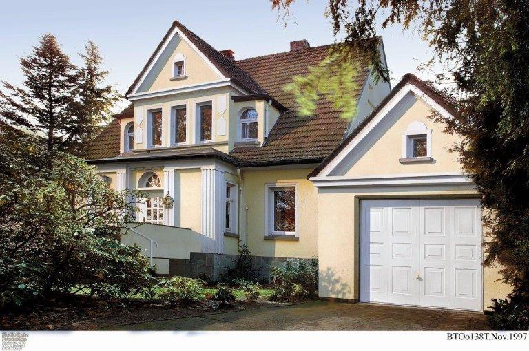 vista esterna di una casa con garage