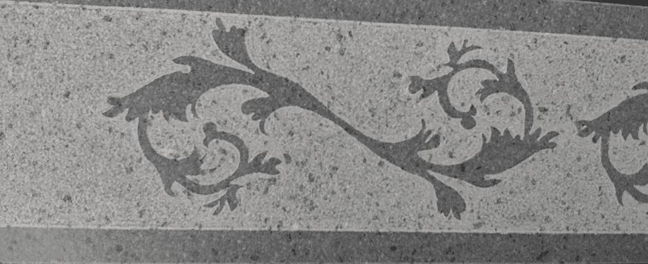 un pavimento grigio con disegni a foglie nere