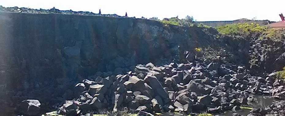 delle pietre in uno scavo