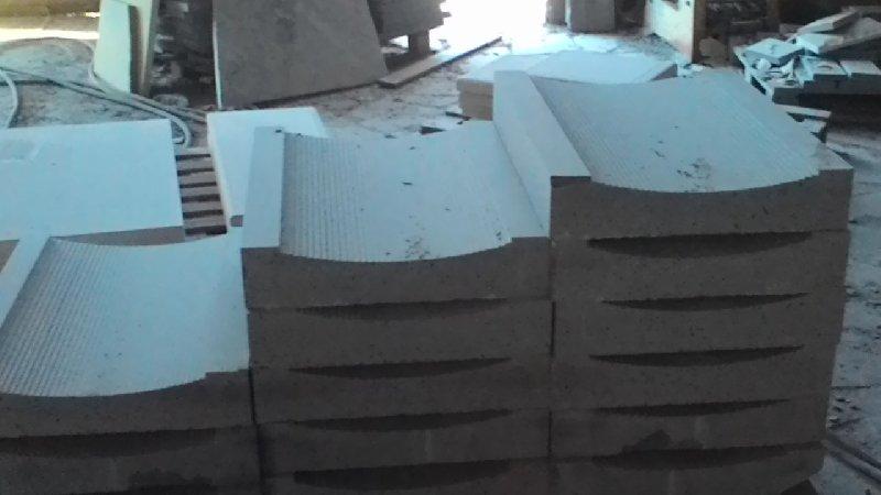 delle lastre di pietra lavorata