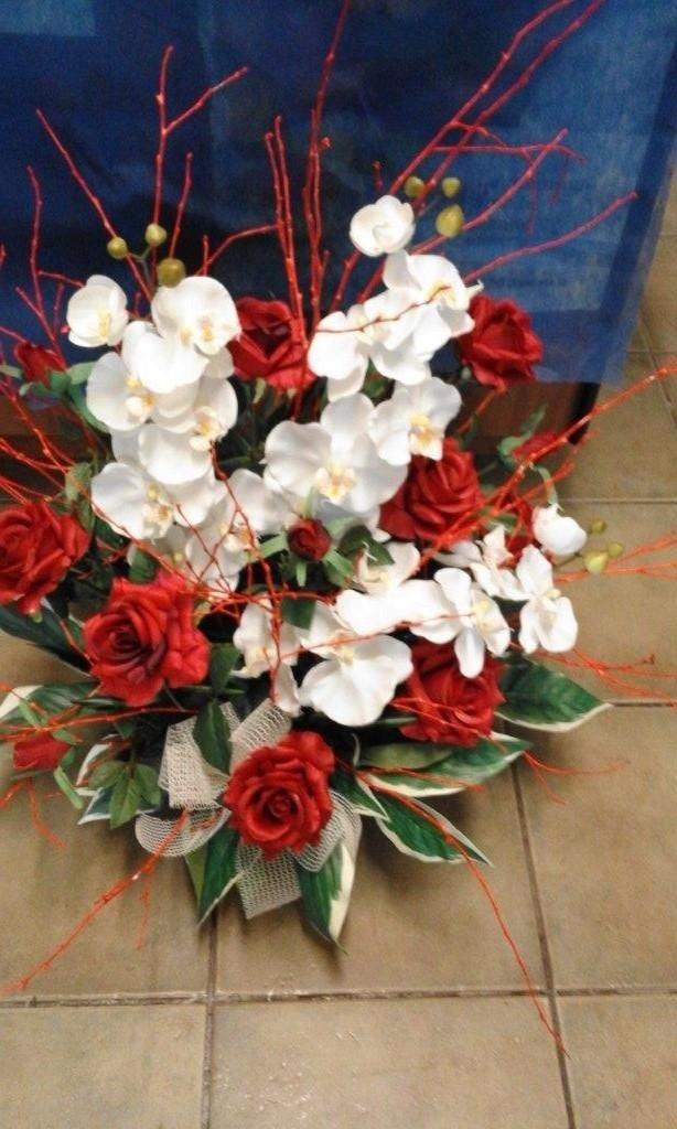 composizione di rose e orchidee