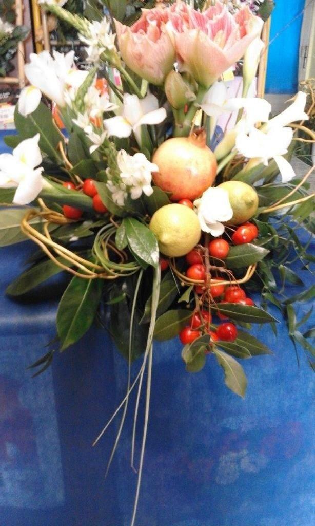 centrotavola di fiori e frutta