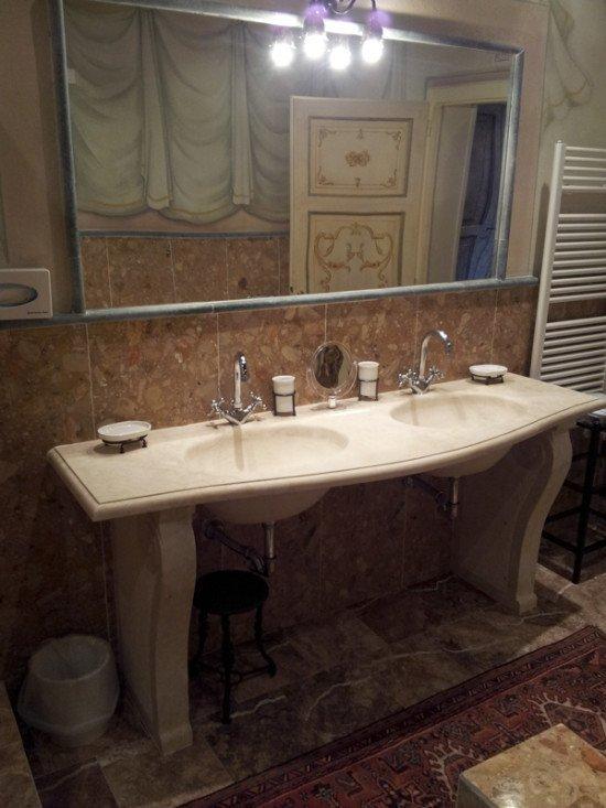 mobile in marmo con due lavabi